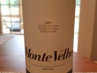Image of a bottle of 2017 Esporao Monte Velho White Blend